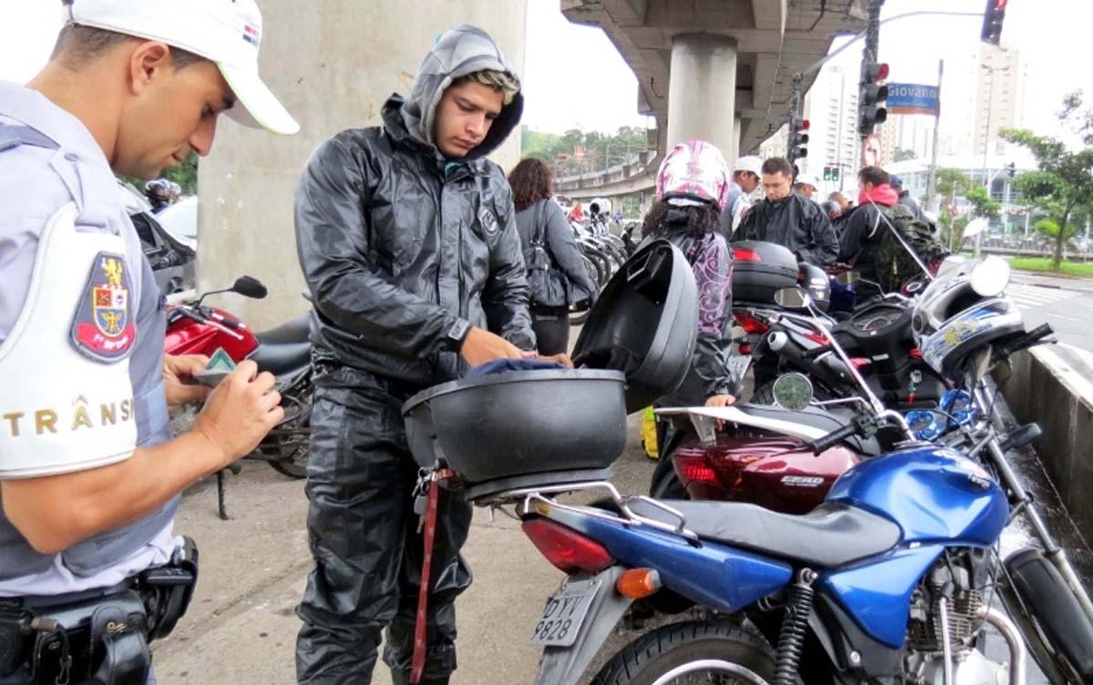 5 infrações de moto que causam suspensão da CNH